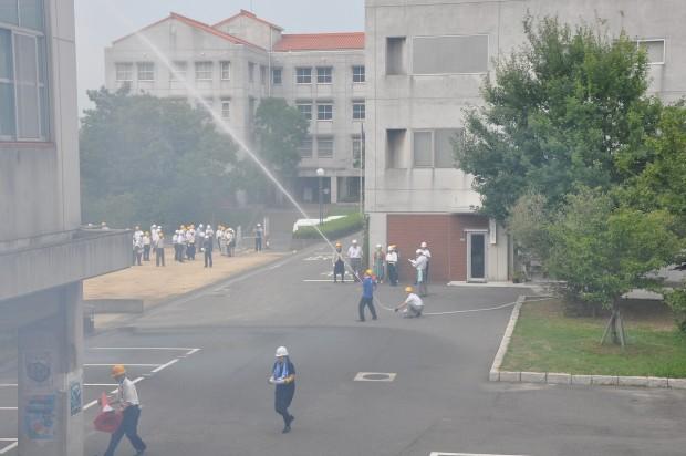 キャンパスでの放水の様子