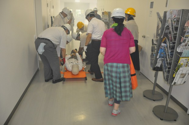 担架で負傷者を運ぶ訓練