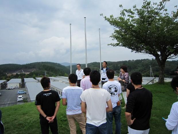 被災地を訪問した萬代先生と学生