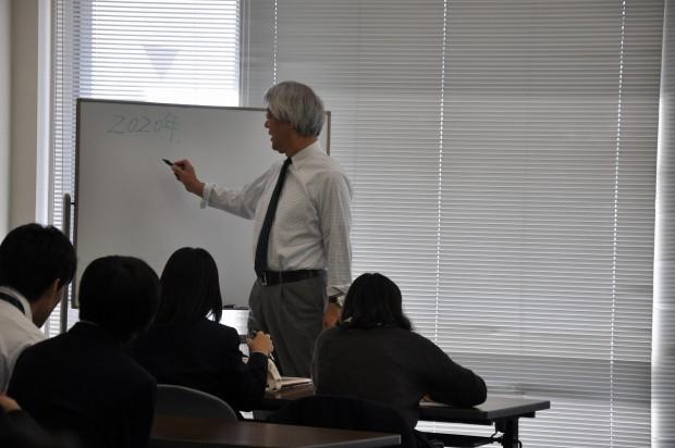 特別講義をする濱家輝雄教授