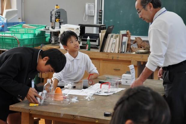自分のペットボトルロケットを作成する小学生
