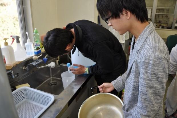 水の使用量を計る様子