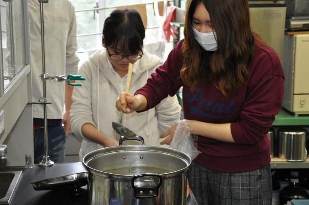 鍋でご飯を炊く様子