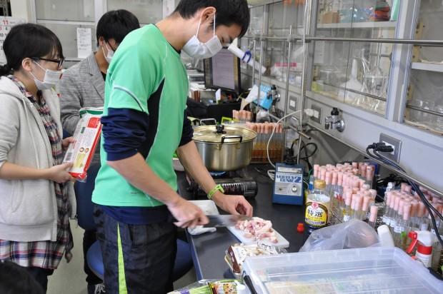 肉を調理する学生さん
