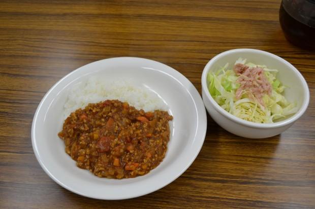 トマトカレーとサラダ