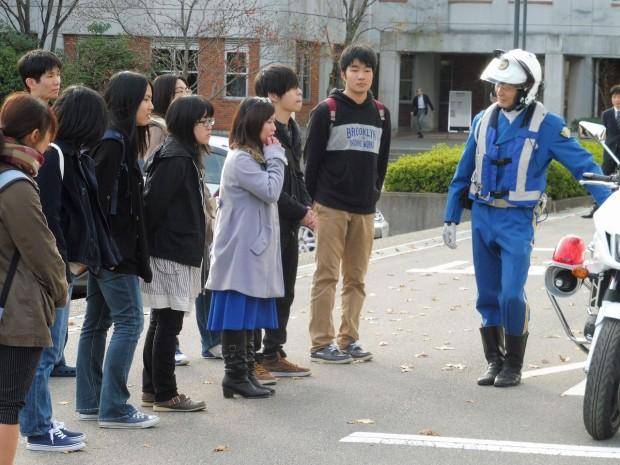 交通捜査第一係渡辺仁史氏と学生