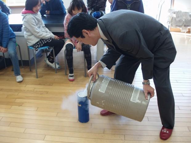 液体窒素を入れる仲教授