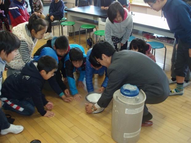 液体窒素を見る小学生