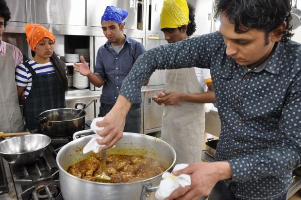 料理をする留学生