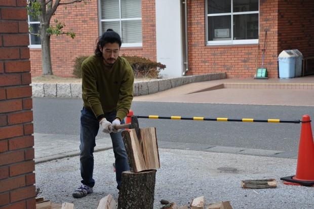 薪を割る大杉先生