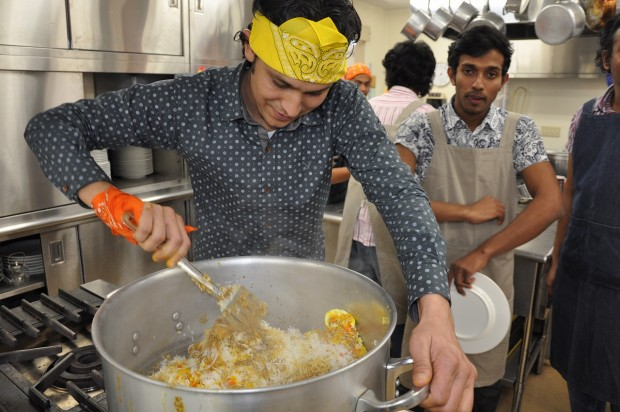 ビリヤニを作る留学生