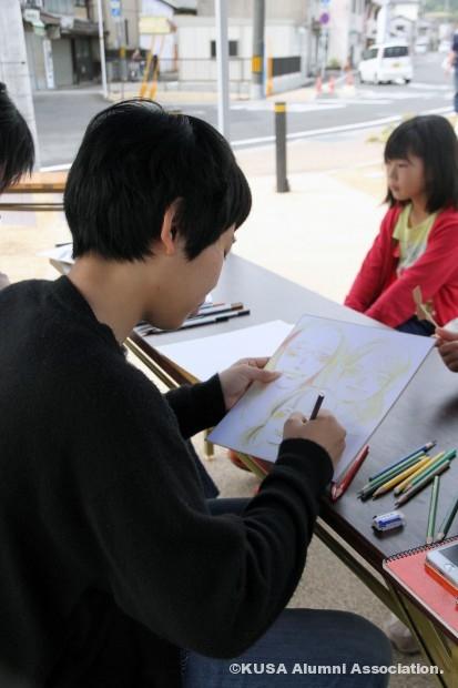 似顔絵を描く女子学生