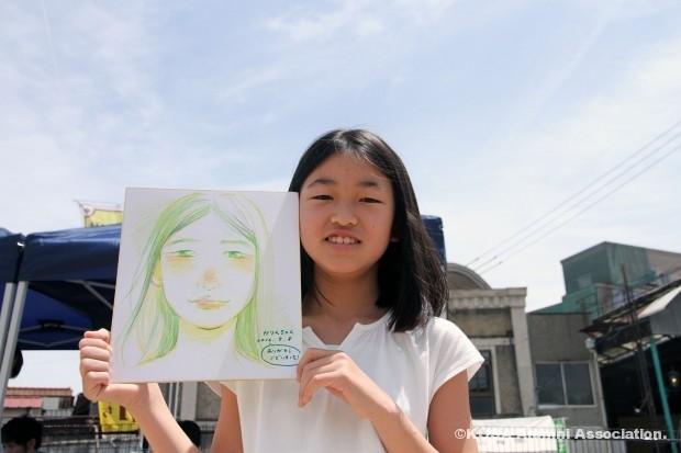 似顔絵を描いてもらった女の子