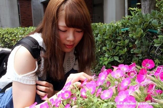 花を見つめる民田泉希さん