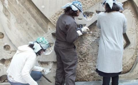 デザイン芸術学科の学生が天神山文化プラザ壁面レリーフ修復に協力