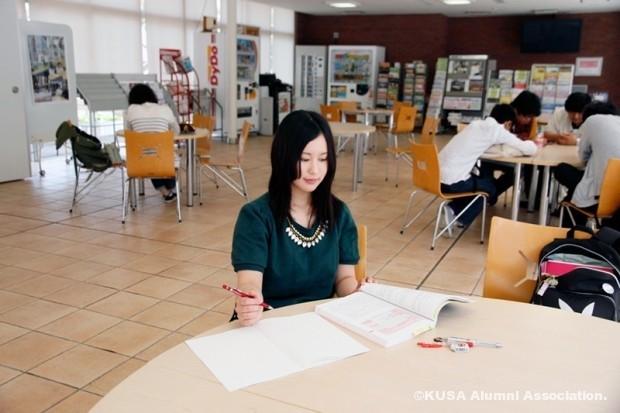 学生控室で自主学習をする山戸さん