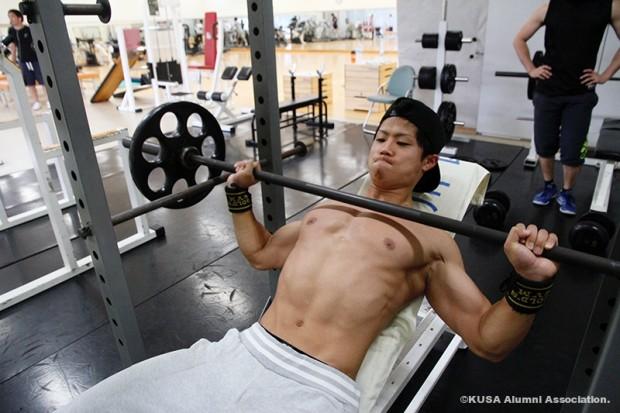 ベンチプレスでトレーニング中の安田健人さん