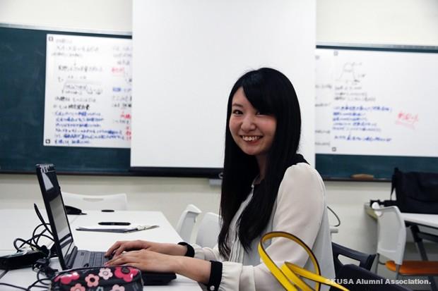パソコン作業中の加原美咲さん