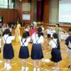 歌とダンスをする留学生と小学生
