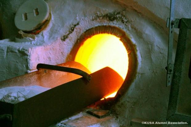 破損した作品を溶解炉に入れる