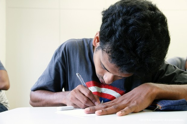 一生懸命勉強する留学生