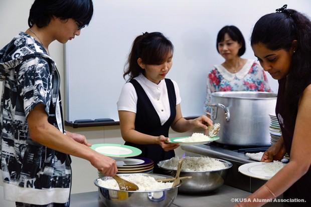 お米をお皿に盛りつけ