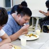 カレーを食べる留学生
