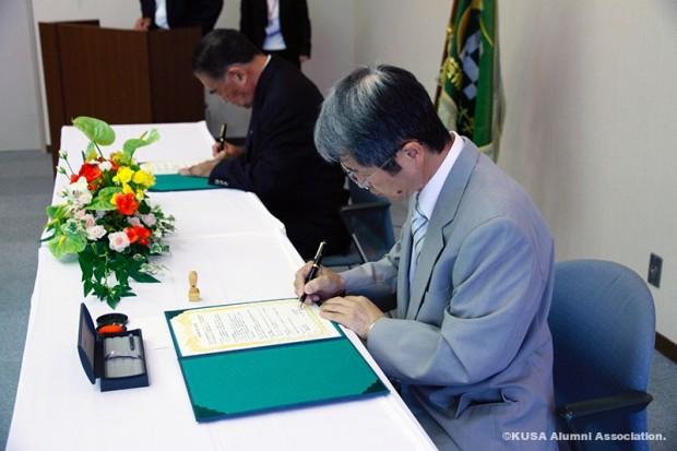 協定書へのサイン