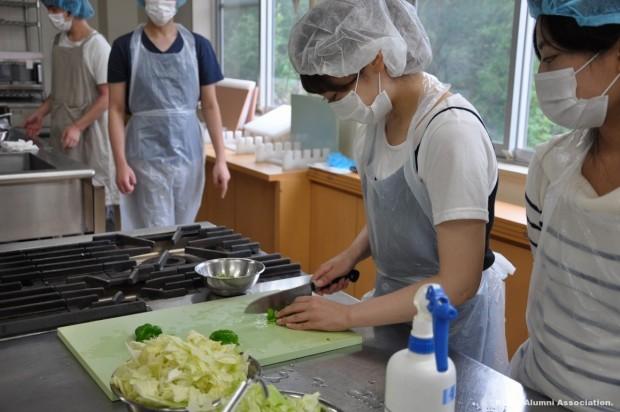 野菜を切る学生さん