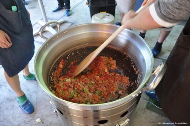 野外調理用大鍋でトマトリゾット