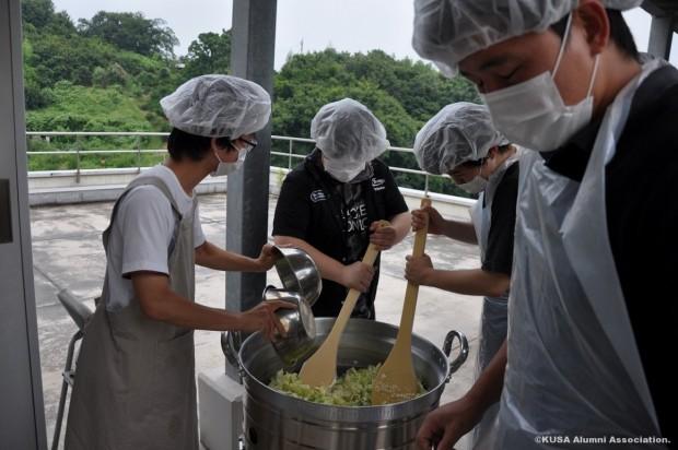大鍋で調理する学生さん