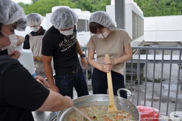 大鍋での調理の様子