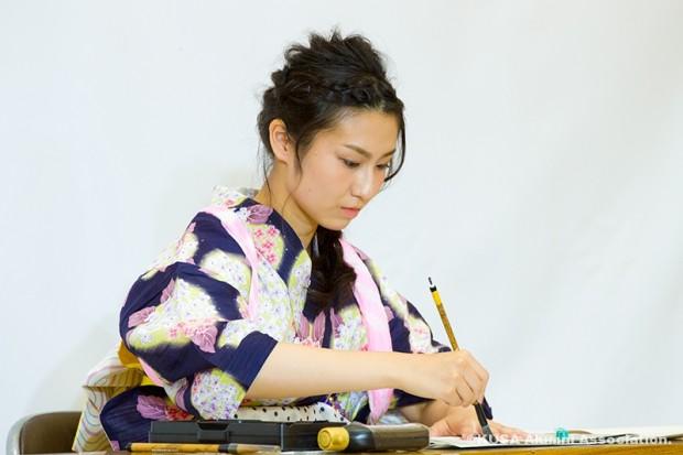 習字を書く眞野絢香さん