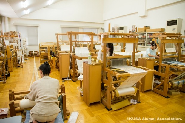 手織り・紬織の授業の様子