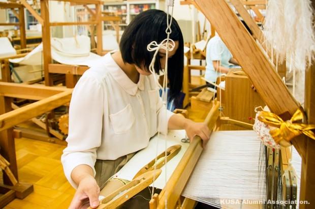 織物をする学生さん