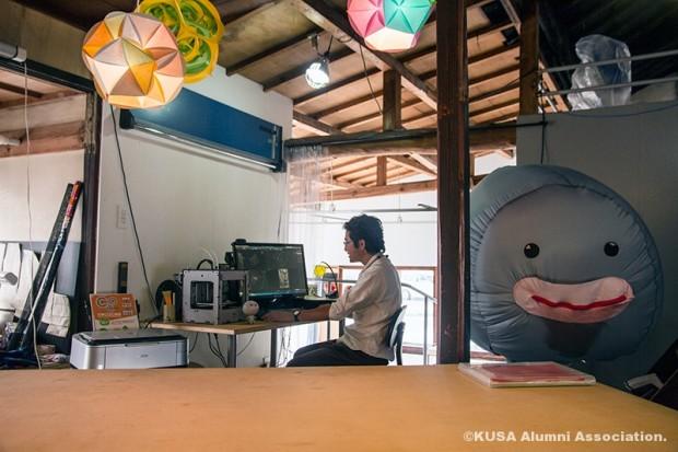 玉島デジタル工房で作業中の大屋先生