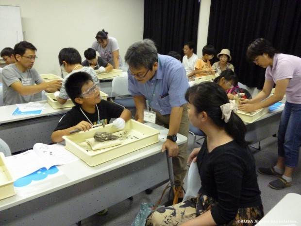 化石発掘体験の様子