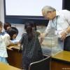 ドクターフィッシュを体験する小学生