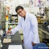 実験室での岡本さん