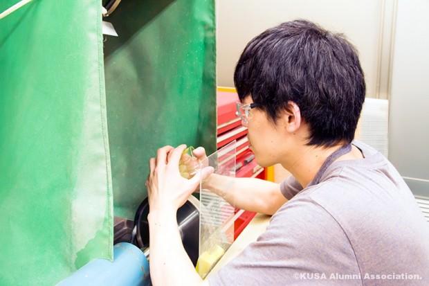 ガラス制作中の日浦さん(横)