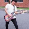 エレキギターを弾く矢野浩章さん