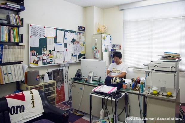 研究室での山野先生