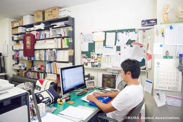 パソコン操作中の山野先生