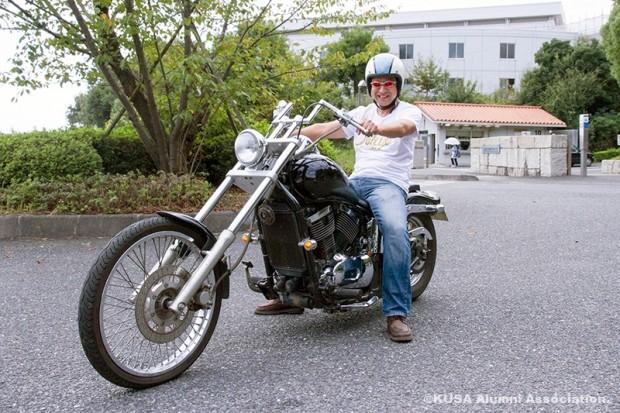 バイク(400cc)に乗る山野先生