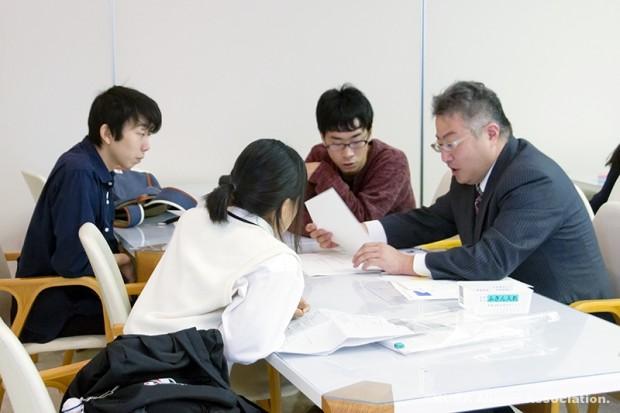 「水島臨海鉄道沿線ガイドブック作成プロジェクト」編集作業の様子