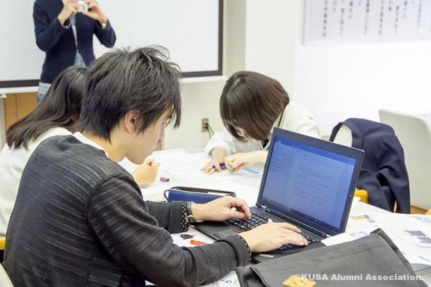 パソコン入力作業中の学生さん