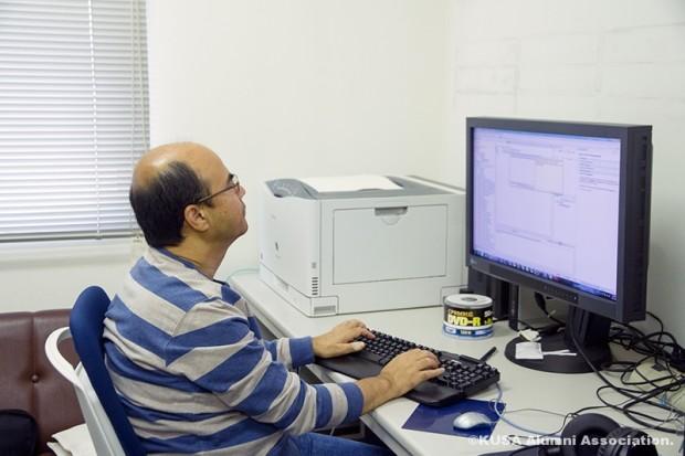 パソコン操作をするスジット・プラダン教授