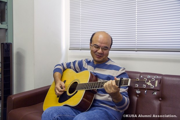 ギターを弾くスジット・プラダン教授