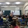 出張講義「水の中に生きる生物たち」で手を挙げる小学生