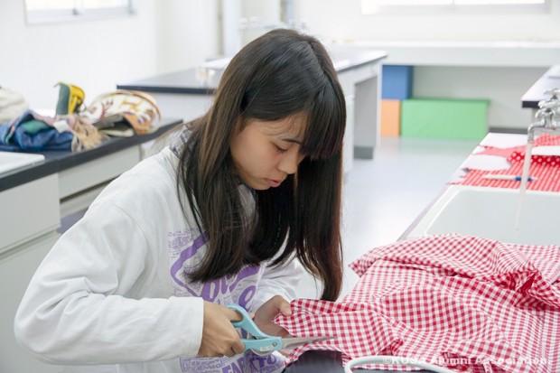 布を切る女子学生